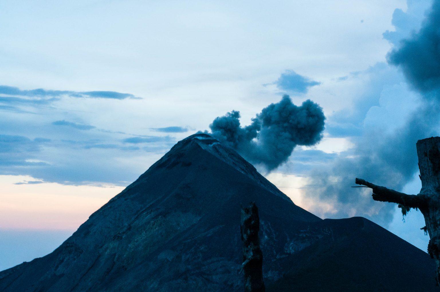 Blick auf den Fuego während einer der vielen Ausbrüche.